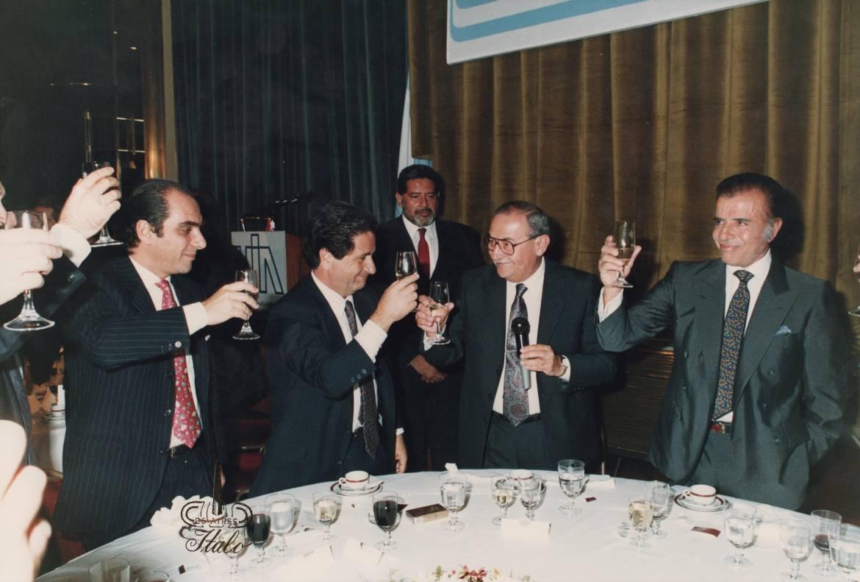 A-la-Izquierda-Massuh.-Junto-a-él-Eduardo-Duhalde-vicepresidente-y-en-el-extremo-derecho-Carlos-Menem-Presidente-de-la-Nación.-Cena-en-la-UIA..jpg